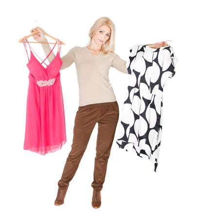 ropa de verano: Hermosas j�venes woomen elegir vestido para llevar. Aislado en blanco Foto de archivo