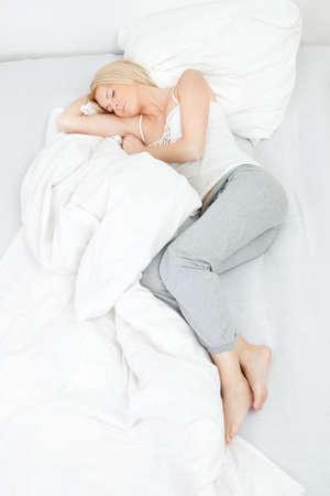 woman bed: Dormir joven mujer hermosa Foto de archivo
