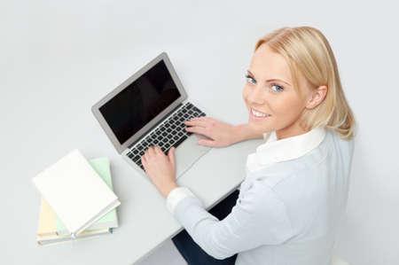 writing book: Bella studentessa studiare con il computer portatile