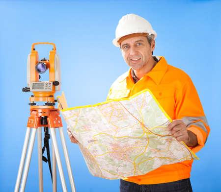 theodolite: Ritratto di anziano geometra lavora con teodolite in cantiere