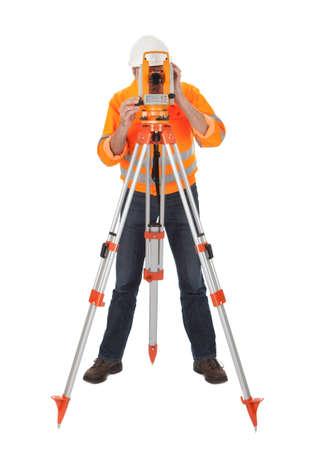 topografo: Retrato de agrimensor Superior trabajando con teodolito. Aislado en blanco