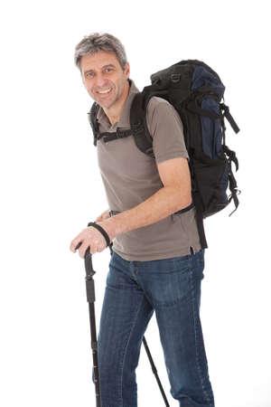 Starszy mężczyzna z plecakiem i turystyka Polaków. Pojedynczo na białym