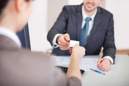 entrevista: Joven empresario en la entrevista de trabajo en la oficina