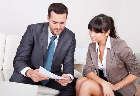 talking: Deux hommes d'affaires assis dans le canap� discuter