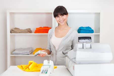 oficinista: Retrato de hermosa persona de las ventas en la tienda al por menor Foto de archivo