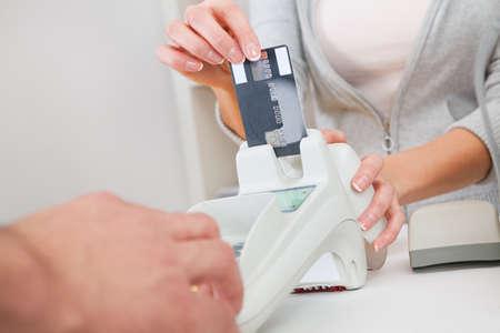 circuito integrado: Ventas persona que inserta la tarjeta de cr�dito en el esc�ner