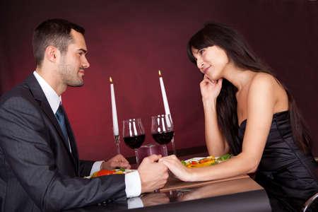 cena romantica: Bella giovane coppia romantica cena in ristorante Archivio Fotografico