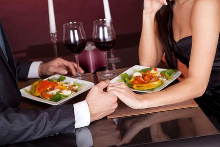 diner romantique: Belle jeune couple ayant un dîner romantique au restaurant Banque d'images