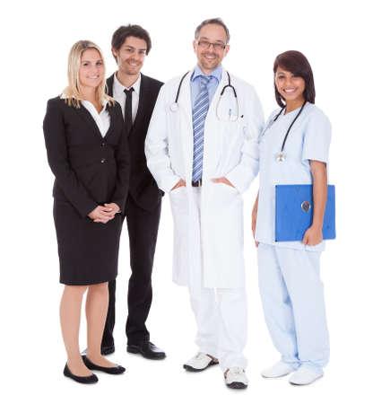 equipe medica: Ritratto di lavoratori imprenditori e medici in piedi su sfondo bianco