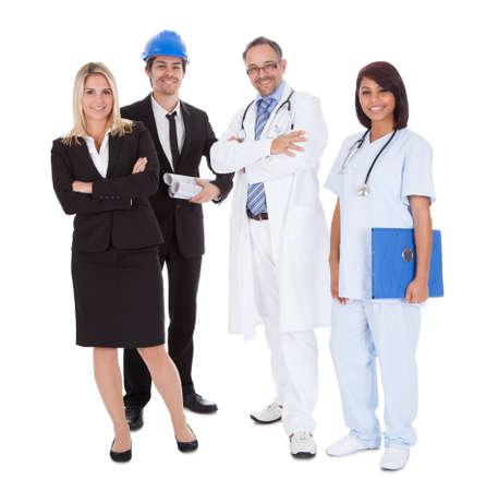 diferentes profesiones: Retrato de feliz a la gente de diferentes profesiones en conjunto sobre fondo blanco