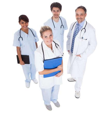 grupo de médicos: Grupo de médicos de pie juntos aislado sobre fondo blanco Foto de archivo