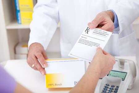 farmacia: El intercambio de receta para un medicamento en la farmacia