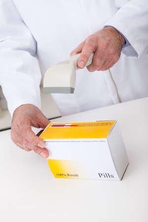 Apotheker Scannen von Barcode-Scanner bei Verwendung Drogeriemarkt