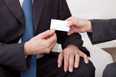 Zwei Gesch�ftsleute, die den Austausch von Visitenkarte in der Sitzung