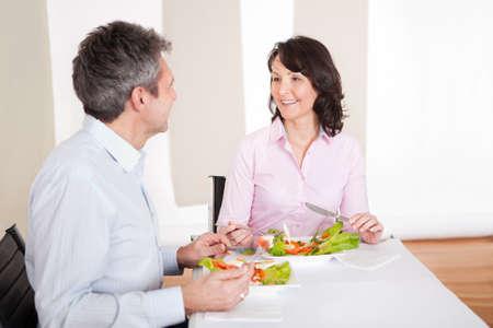 Pareja mayor de almorzar juntos en casa Foto de archivo - 13907932