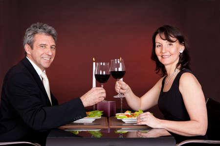 Érett pár miután romantikus vacsora egy étteremben