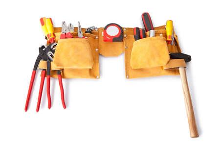 Toolbelt mit verschiedenen Werkzeugen liegend auf der Bank