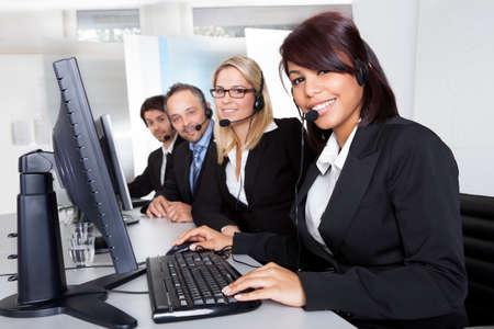 agente: Gruppo di giovani di business customer service