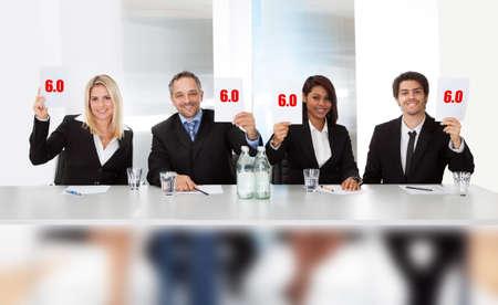 Groep van het paneel rechters houden perfecte score borden