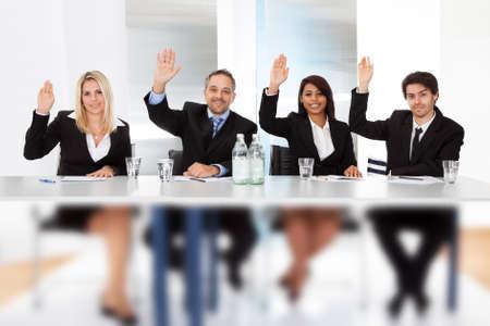 comit� d entreprise: Groupe de gens d'affaires de vote lors de la r�union
