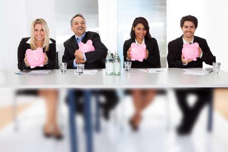 comit� d entreprise: Groupe de gens d'affaires la tenue des tirelires