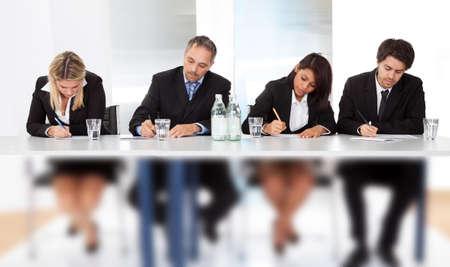 Grupo de hombres de negocios tomando notas en la reunión