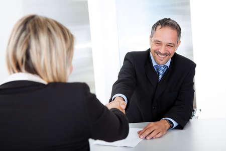 entrevista: Retrato de hombre de negocios exitoso en la entrevista de darse la mano