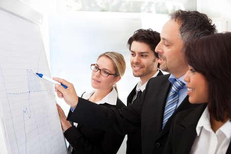사업 사람들의 그룹은 플립 차트에 그래프를보고 스톡 콘텐츠