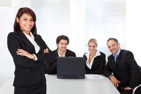Portret succesvolle zakenvrouw en haar team Stockfoto