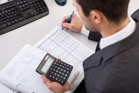 Contador exitoso trabajo con datos financieros en la oficina Foto de archivo