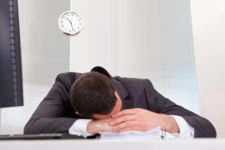 bored man: Uomo d'affari di successo dorme alla scrivania che l'ufficio
