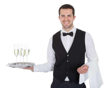 meseros: Retrato de un joven mayordomo con copa de champagne. Aislados en blanco