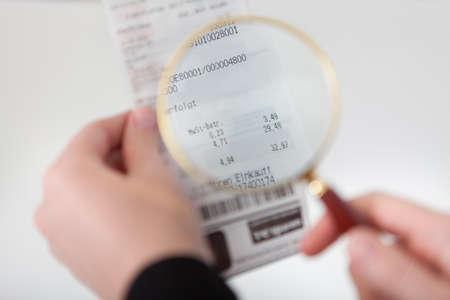 spuria: Close-up di imprenditrice guardando attraverso la lente di controllo Archivio Fotografico