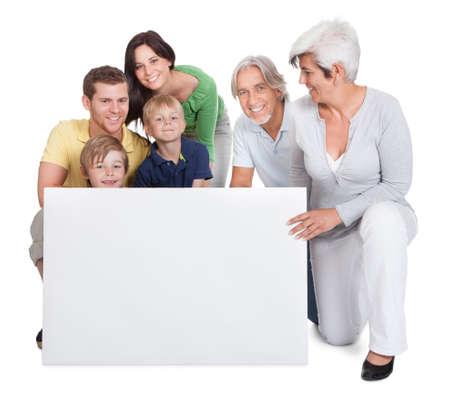 ni�os con pancarta: Retrato de familia feliz generaciones. Aislados en blanco Foto de archivo