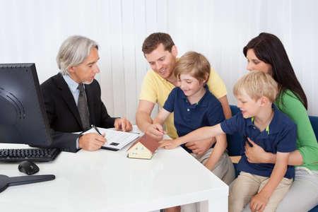 planificacion familiar: Familia en bienes ra�ces planificador agencia hablando construcci�n