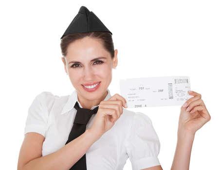 Glimlachend gastvrijheid gastvrouw die een voucher in haar handen op wit wordt geïsoleerd