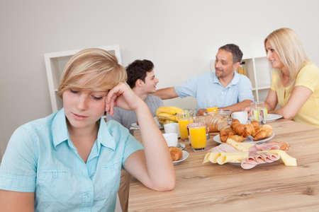 argument: Muchacha triste adolescente joven sentado tristemente en primer plano