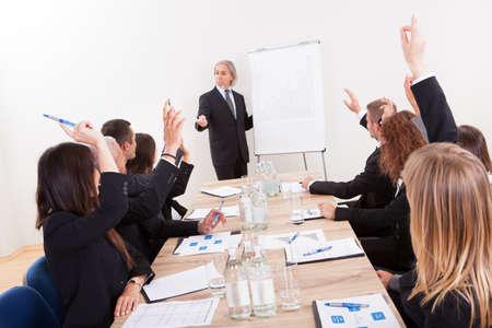 Üzletember emelte a kezét Up egy konferencián