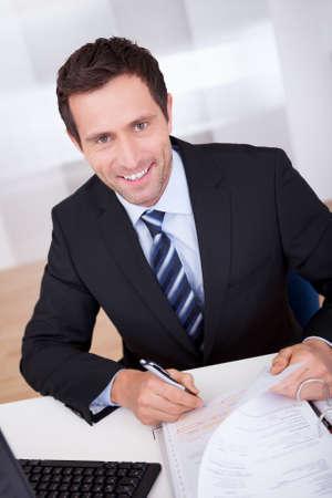 Portrait Of Happy Accountant Am Arbeitsplatz im B�ro