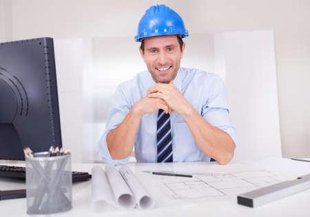 planos arquitecto: Retrato del arquitecto con Blueprint En La Oficina