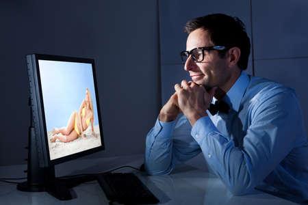 mujer desnuda sentada: Retrato de hombre de negocios feliz mirando Mujer Sexy En Equipo Foto de archivo
