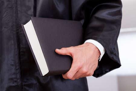 advocate: Close-up Foto de la jueza sosteniendo el libro
