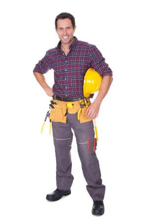 alba�il: Hombre Trabajador joven con el sombrero duro en el fondo blanco