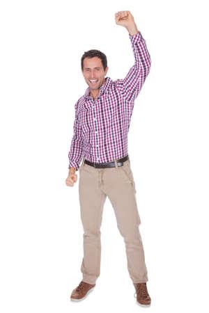manos levantadas: Retrato de hombre joven que anima Aislado En El Fondo Blanco Foto de archivo