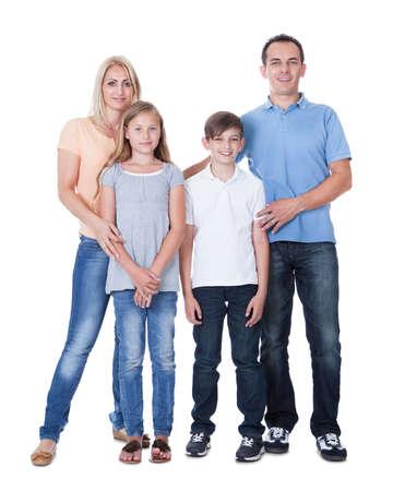 hijos: Retrato de la familia feliz con dos niños aislados en fondo blanco Foto de archivo