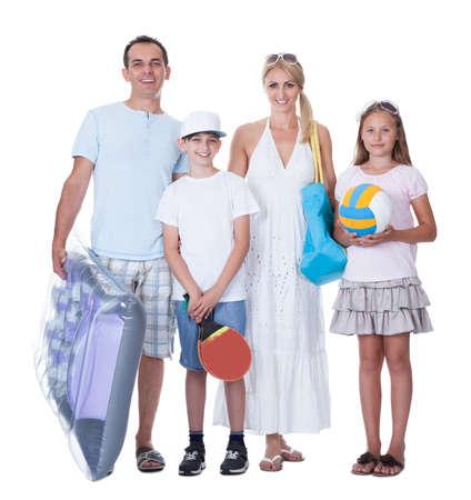 familia viaje: Familia feliz con dos ni�os para la vacaciones aislado en el fondo blanco