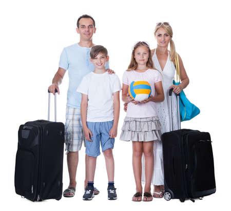 familia viaje: Familia feliz con el equipaje que va para vacaciones aislado en el fondo blanco