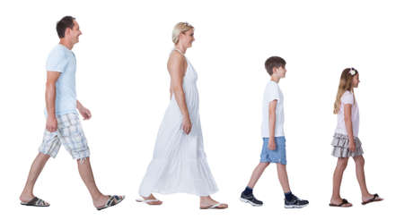caminando: Una familia feliz con dos hijos caminando en una l�nea aislada en el fondo blanco