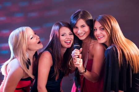 歌: カラオケ クラブで 4 つの美しいスタイリッシュな女の子