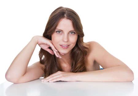 mujer pensativa: Mujer hermosa mujer feliz. Aislados en blanco